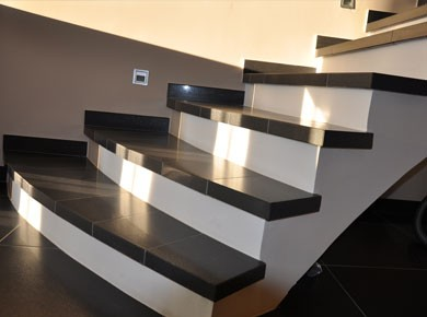 Stopniščni elementiIz vaših ploščic vam po želji naredimo raznovrstne stopniščne elemente tako po funkciji, kot po obliki.